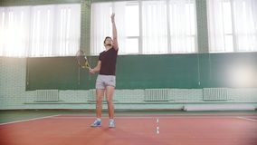 Training auf dem Tennisplatz Junger Mann wirft den Ball in der Luft und in den Innings es stock video footage