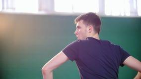 Training auf dem Tennisplatz Starker junger Mann, der Tennis mit seinem Partner spielt stock footage