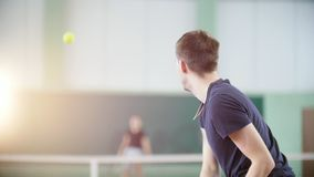 Training auf dem Tennisplatz Zwei junge Männer, die Tennis spielen Rückseitige Ansicht stock video footage