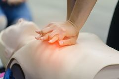 Training CPR-erster Hilfe mit CPR-Attrappe stockbilder