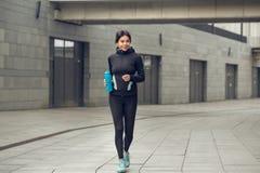 Training der aktiven Übung der jungen Frau auf der Straße im Freien Stockbilder