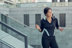 Training der aktiven Übung der jungen Frau auf der Straße im Freien Lizenzfreies Stockfoto