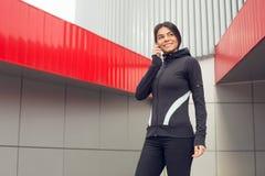 Training der aktiven Übung der jungen Frau auf der Straße im Freien Lizenzfreie Stockfotografie