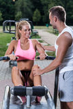 Training der jungen Frau auf Rudermaschine Stockfoto