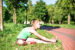 Training der jungen Frau im Stadtpark am Sommertag Lizenzfreies Stockfoto