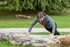 Training der jungen Frau im Wald lizenzfreie stockfotografie