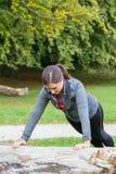 Training der jungen Frau im Wald lizenzfreies stockfoto
