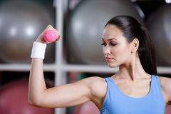 Training der jungen Frau mit rosafarbenen Dumbbells Lizenzfreie Stockfotos