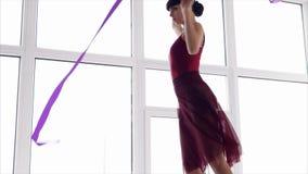 Training der rhythmischen Gymnastik Tanz mit Band stock footage
