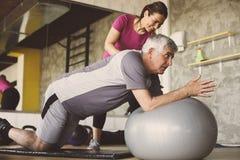 Training des älteren Mannes in Rehabilitationszentrum stockfoto