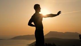 Training des jungen Mannes auf Sonnenuntergang stock video footage