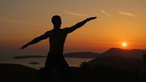 Training des jungen Mannes auf Sonnenuntergang stock video
