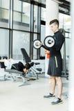 Training des jungen Mannes in einer Turnhalle Stockbilder