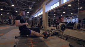 Training des jungen Mannes im Fitness-Club Eignungs- und Sportlebensstilkonzept lizenzfreie stockfotos