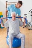 Training des älteren Mannes mit seinem Trainer Lizenzfreie Stockfotografie