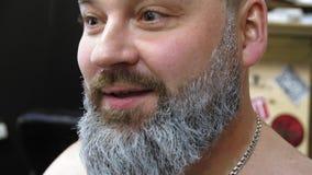 Training des Mannes für eine Rolle Santa Claus, grauhaariger Bart Vater-Frost Hipsterskys Make-upkünstler tut Make-up zu a stock video footage