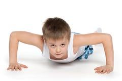 Training eines kleinen athletischen Jungen Stockbild