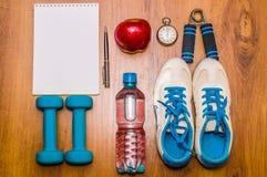 Training en geschiktheids het op dieet zijn exemplaar ruimteagenda Gezond levensstijlconcept Domoor, water, de bal van de expande Royalty-vrije Stock Foto's