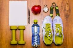 Training en geschiktheids het op dieet zijn exemplaar ruimteagenda Gezond levensstijlconcept Domoor, water, de bal van de expande Stock Foto
