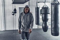 Training ist vorbei Müder junger afrikanischer Mann in Sportkleidung walki lizenzfreie stockbilder