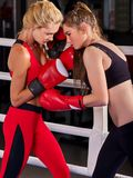 Training mit zwei boxendes Frauen in der Eignungsklasse Lizenzfreies Stockbild