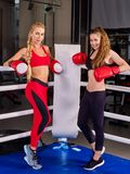 Training mit zwei boxendes Frauen in der Eignungsklasse Stockfotografie
