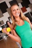Training mit zwei Freunden zusammen in einer Gymnastik lizenzfreie stockfotos