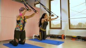 Training und Bodybuildingtrainingskonzept von sportiven Frauen im Turnhallenstudio stock video footage