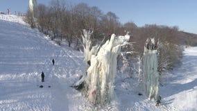 Training und kletternder Wettbewerb des Eises auf Eissäulen Russland Wintervogelperspektive stock video footage
