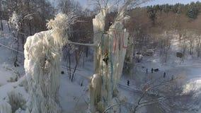 Training und kletternder Wettbewerb des Eises auf Eissäulen Russland Wintervogelperspektive stock footage