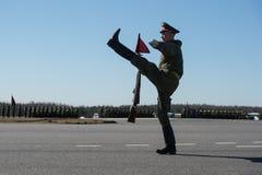 Training vor der Parade zu Ehren des Sieges im ersten Weltkrieg Soldaten und Offiziere in den R?ngen marschieren lizenzfreie stockfotos