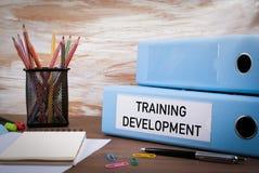 Trainings-Entwicklung, Büro-Mappe auf hölzernem Schreibtisch stockfotos