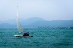 Trainings-Segelboot in Meer stockbilder