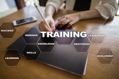 Trainings-und Entwicklung Fachmannwachstum Internet und Bildungskonzept lizenzfreies stockbild
