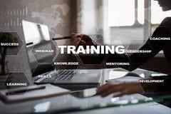 Trainings-und Entwicklung Fachmannwachstum Internet und Bildungskonzept stockfotos