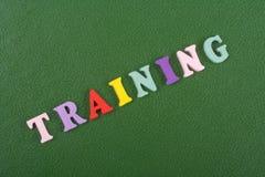 TRAININGS-Wort auf dem grünen Hintergrund verfasst von den hölzernen Buchstaben des bunten ABC-Alphabetblockes, Kopienraum für An lizenzfreie stockfotos