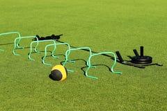 Trainingsausrüstung auf einem grünen Rasenfeld lizenzfreie stockfotografie