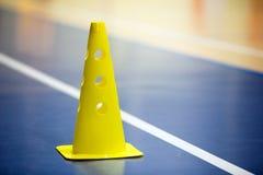 Trainingsfußballfutsal Innenturnhallentraining Fußballkegel auf dem Bretterboden lizenzfreies stockfoto
