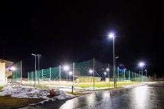 Trainingsfußballplatz mit Flutlicht nachts Lizenzfreie Stockbilder