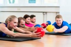 Trainingsgruppe in der Turnhalle während der Physiotherapie Lizenzfreie Stockbilder