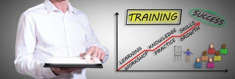 Trainingskonzept mit dem Mann, der eine Tablette verwendet Stockfoto