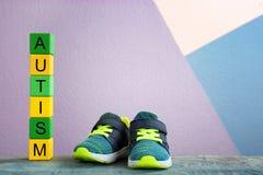 Trainingsschuhe und -würfel mit Wort Stockfoto