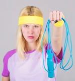 Trainingssport und -c$n?hren Nehmen Sie unten ab Erhalten Sie bereiten Sommerk?rper Sch?ner Frauenbauch ?ber Wei? Finden Sie Zeit stockfotos