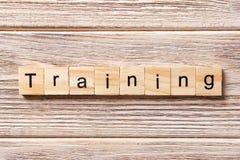 Trainingswort geschrieben auf hölzernen Block Trainingstext auf Tabelle, Konzept Stockbilder