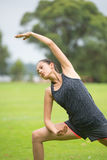 Trainingsyoga der jungen Frau im Park Lizenzfreie Stockbilder