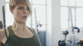 Traininig da mulher no gym video estoque