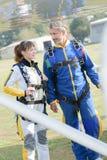Trainne и skydivers учителя получая в плоскости  Стоковые Изображения RF