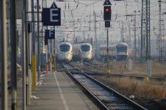 Trains écrivant la gare à Leipzig, Allemagne Image libre de droits