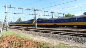 Trains électriques néerlandais près de station centrale d'Amsterdam banque de vidéos