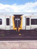 Trains attendant à la plate-forme à Londres images stock